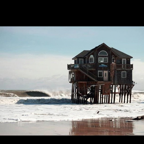 I want to live here  right on the ocean. Checking the lineup in your bed #physixsurf